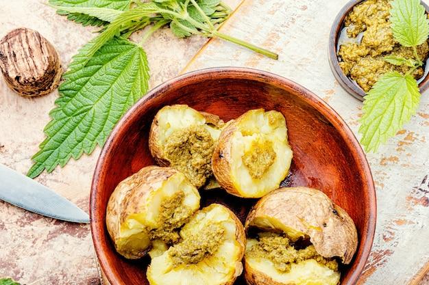 Ofenkartoffeln gefüllt mit kräutern und brennnesselblättern
