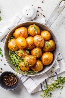 Ofenkartoffeln in einer roheisenbratpfanne, draufsicht.