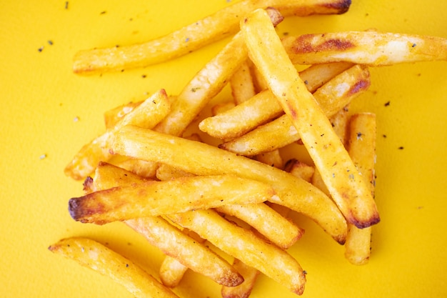 Ofenkartoffeln mit aromatischen kräutern auf einem gelben hintergrund.