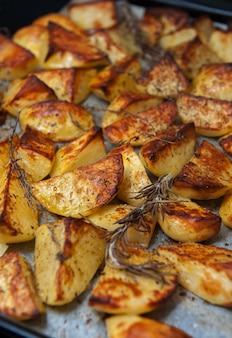 Ofenkartoffeln mit kräutern.