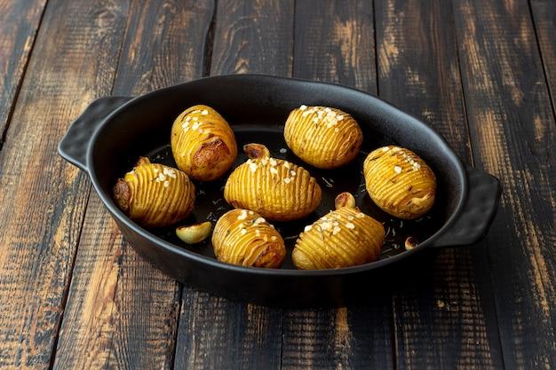 Ofenkartoffeln mit rosmarin und knoblauch. gesundes essen. vegetarisches essen.