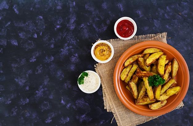 Ofenkartoffelspalten mit gewürzen.