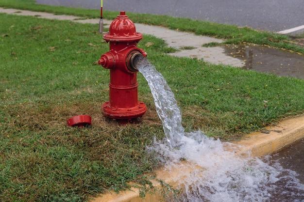 Offen in industriellem hydranten mit starkem wassersprühstrahl