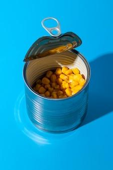 Offene blechdose mit hoher sicht, gefüllt mit mais