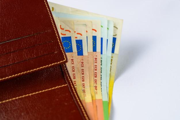 Offene brieftasche für herren aus leder mit euro-banknoten. sehr flaches tiefes feld.