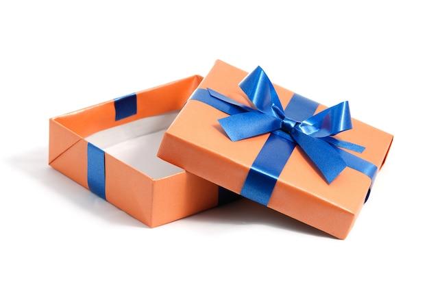 Offene farbe geschenkbox isoliert