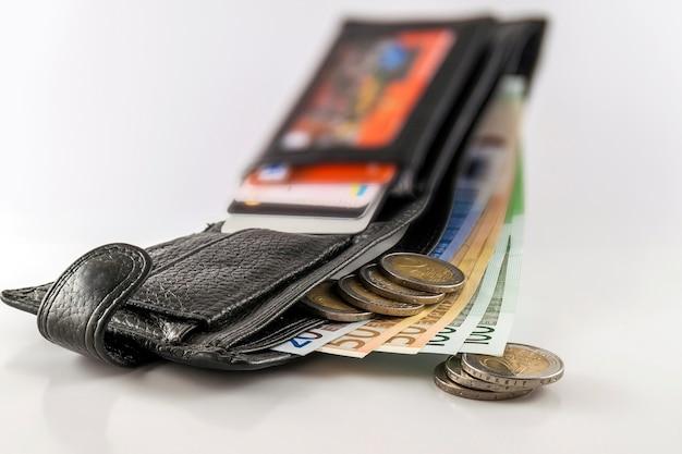 Offene geldbörse der ledernen männer mit eurobanknotenrechnungen
