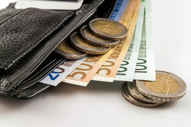 Offene geldbörse für herren aus leder mit euro-banknoten, münzen und c