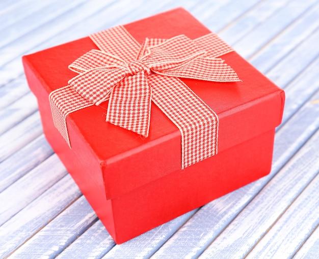Offene geschenkbox auf holzboden