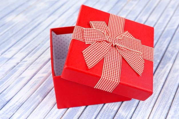 Offene geschenkbox auf holzoberfläche