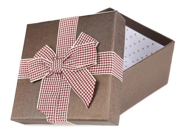 Offene geschenkbox isoliert auf weiss
