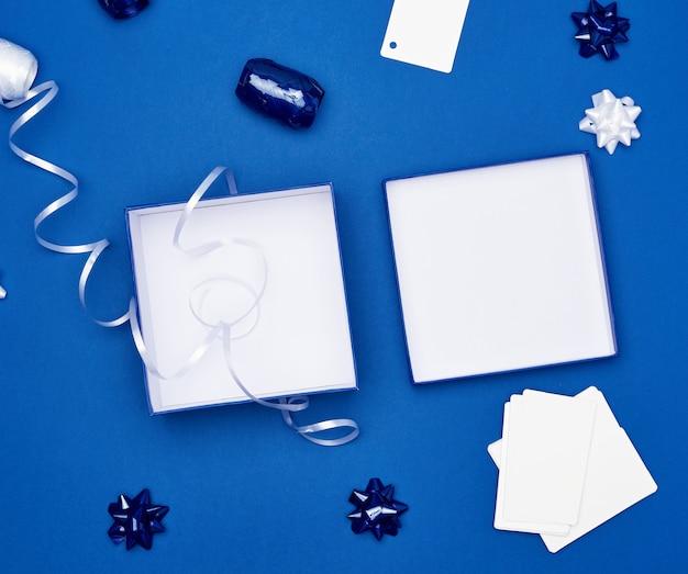 Offene geschenkkartons, bögen und bänder zum verpacken