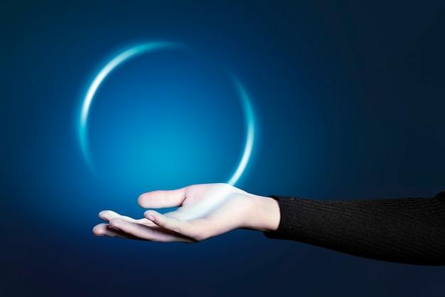 Offene handbewegung mit der handfläche, die technisches hologramm präsentiert