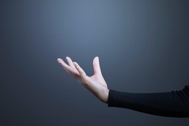 Offene handbewegung mit handfläche, die ein unsichtbares hologramm darstellt