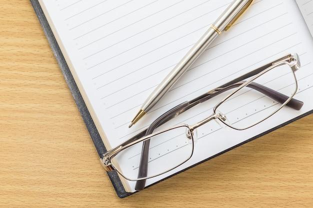 Offene leerseite und brillen des notizbuches