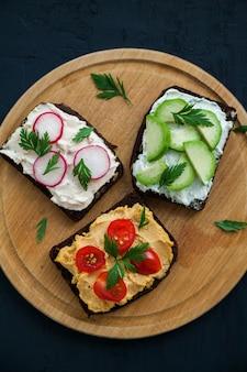 Offene sandwiches mit vegetarischem brot