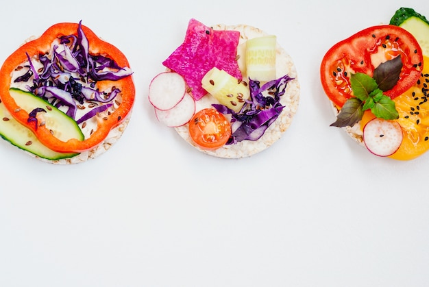 Offene sandwiches von reiskuchen mit frischkäse