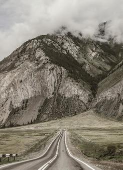 Offene straße in einem bergtal, sepiabild