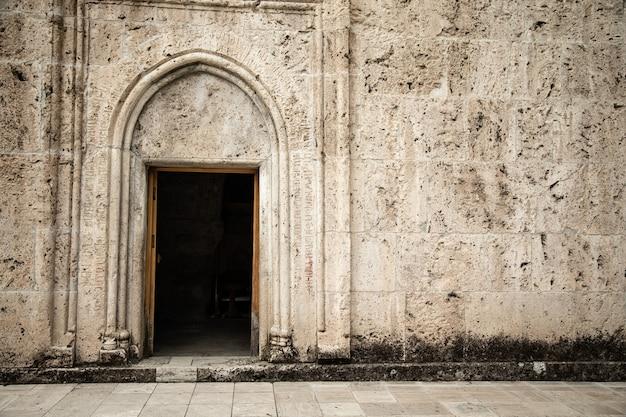 Offene tür der kirche in armenien