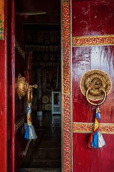 Offene tür des spituk-klosters. ladakh, indien