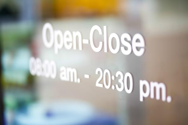 Offene und geschlossene zeichen auf glastür
