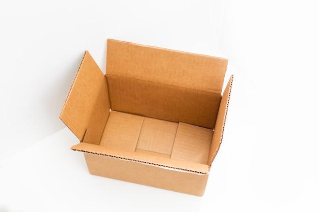 Offener großer leerer brauner quadratischer karton für den transport von waren auf weißem hintergrund,