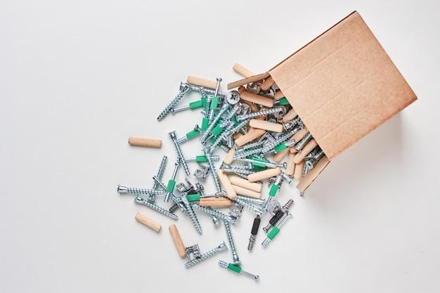 Offener kasten mit fallen werkzeuge für eine möbelmontage, nahaufnahme heraus