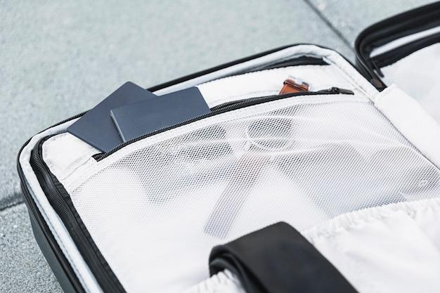 Offener koffer des nahaufnahmereisenden