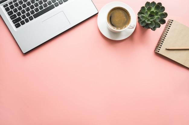 Offener laptop, planung und tasse kaffee. draufsicht mit textfreiraum. büro geschäftskonzept. arbeitsprozess.