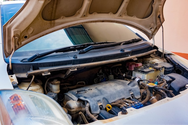 Offener motor des autounfalls-haubenautomobils, zum des autoservices einzuchecken