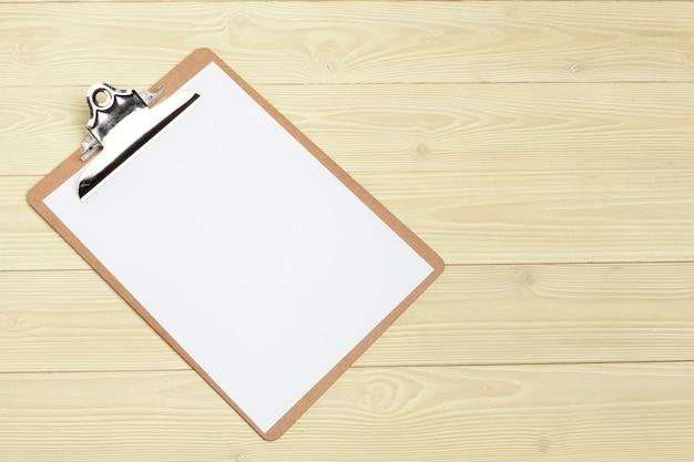 Offener papierabschluß des notizblockes oben auf holztisch