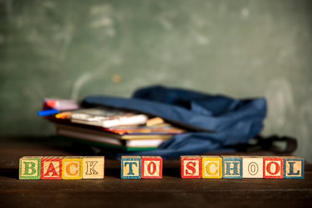 Offener rucksack und inschrift zurück in die schule