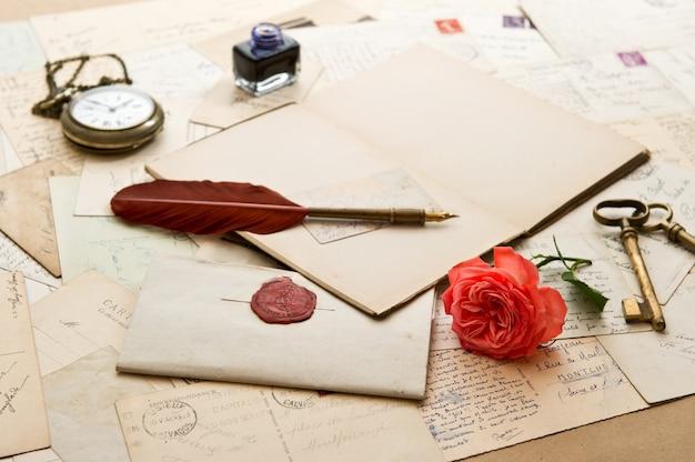 Offenes buch, altes zubehör und postkarten. romantischer vintage-hintergrund