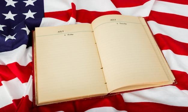 Offenes buch auf amerikanische flagge