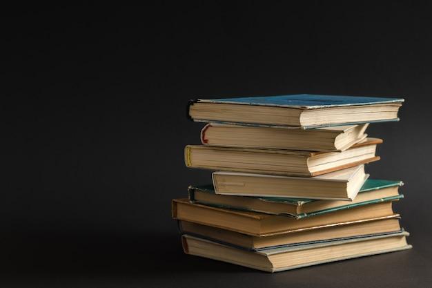 Offenes buch, hardcover hardcover bunte bücher auf dem tisch gestapelt.