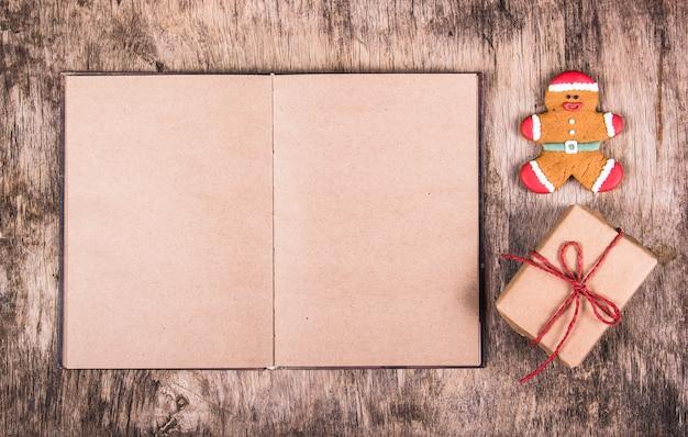 Offenes buch, lebkuchenmann und geschenkbox