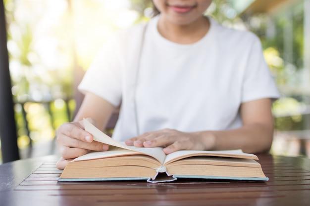 Offenes buch und las auf tabelle, entspannt sich und wissenskonzept
