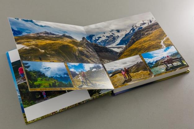 Offenes fotobuch auf grauem hintergrund