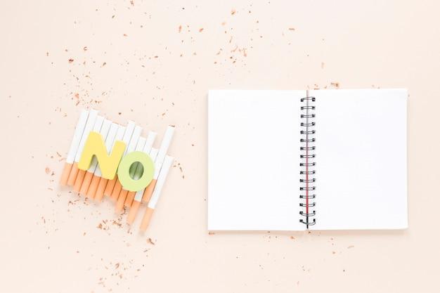 Offenes notizbuch der draufsicht mit zigaretten