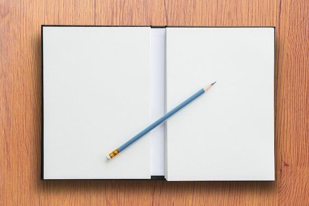 Offenes notizbuch mit bleistift