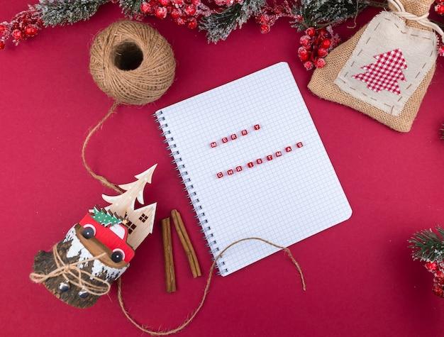 Offenes notizbuch mit der aufschrift frohe weihnachten