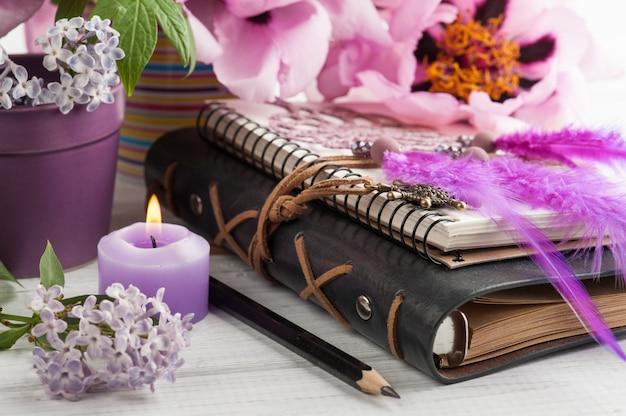 Offenes notizbuch, traumfänger, pfingstrose und flieder