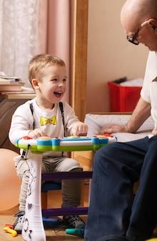 Offenes porträt eines schönen lachenden kleinkindes