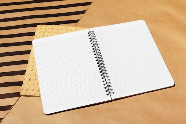 Offenes seitendesign des notizbuches auf tabelle