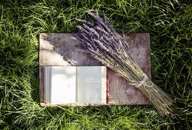 Offenes tagebuch mit leeren seiten und lavendelstrauß