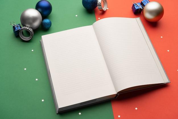 Offenes tagebuch unter weihnachtsdekoration ziele für das neue jahr