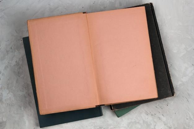 Offenes weinlesebuch der draufsicht mit leerseiten