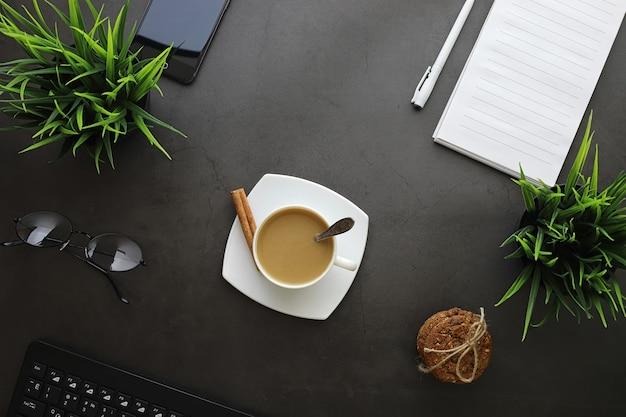 Office-desktop-hintergrund mit einer tasse kaffee und schreibgeräten. schreibtisch des managers, stift, notizbuch, computer.