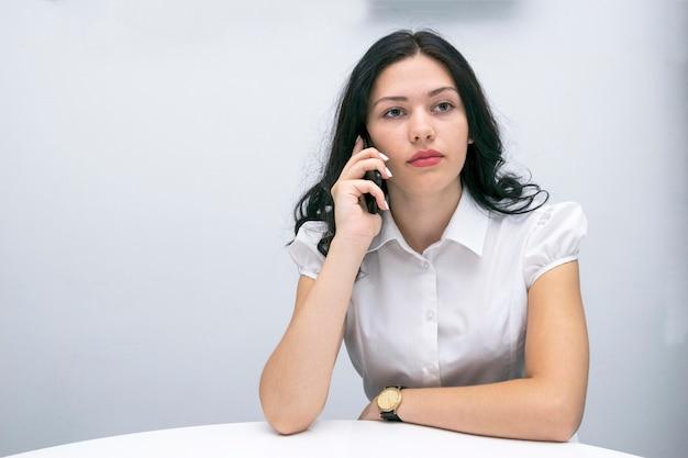 Offiziell gekleidetes modell mit telefon