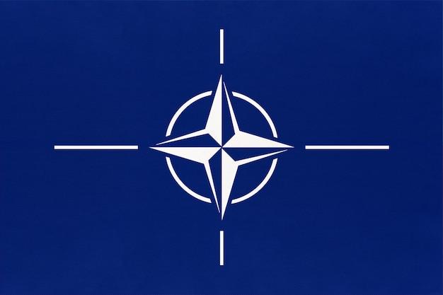Offizielle flagge der organisation des nordatlantikvertrags. nato-zeichen und symbol der internationalen allianz.
